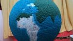 A Terra feita com técnica de papel machê