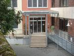 Haupteingang mit Glasdach und barrierefreiem Zugang