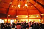 中は天井が高く柔らかな照明のコンサートホール