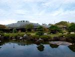 コンサートホールが池の向こうに見えます