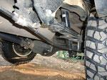 Преодолевая бездорожье будьте внимательны - тросик ручного тормоза закреплен не самыми удачным образом. Впрочем, если не наткнуться на пень или металлический пруток, проблем быть не должно.