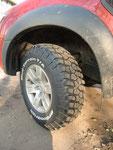 """""""Зубастые"""" шины позволяют чувствовать себя на грязном проселке очень уверенно. Главное не перестараться на песке - закопать с ними машину дело пары секунд."""