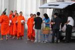 Mönche vor dem Wat  Benchamabophit (Bangkok)