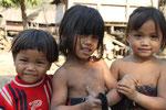 Kinder stürzen sich jeweils vor die Kamera (Tat Lo)