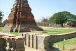 der Stand des Hochwassers in nach wie vor deutlich zu sehen (Ayutthaya)