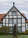 Haus Kleinhans, davor Figur des Bischofs Clemens August Graf von Galen