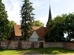 Kirche mit uralter Kirchenmauer in Mellenthin