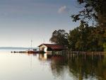 Blick übern See zu einer Fischerkate