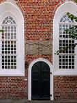 Kircheneingang (1580-1600) befinden sich auf zwei Blausteinen die Heiratswappen des Schwedischen Königshauses Wasa und das der Cirksena