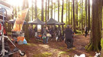 Ein weiterer Blick auf das Set im Wald, bei dem allerhand Equipment notwendig war.