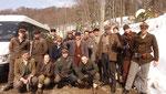 Beim Gruppenbild mit den anderen Schauspielern des Sturmtrupps der Partisanen.