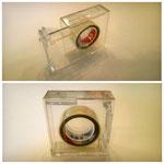 【左右両利き用テープカッター (12㎜幅テープ専用)】 テープの向きを変えて左右で使うセロハンテープです。片手でスライドして開けるカバーが付いて持ち運びにも便利です。 ¥410(税込)