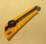 【カッター レフティL型】 左ききに使い易いデザインの大型カッターです。 ¥594(税込)