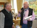 Der Kassenführer des Olfener Vereins Dorfgemeinschaft e.V. hatte seinen 50. Geburtstag. Aus diesem Anlass überreichte ihm Vorsitzender Horst Schnur zwei Gutscheine mit den besten Wünschen und einem aufrichtigen Dank für die geleistete Arbeit.