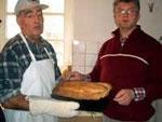 Fiedje Sube und Norbert Knepper holen das erste Brot aus dem Backofen