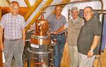"""Das stolze """"Brennteam"""" Norbert Hagelschur, Franz-Josef Köbbing, Ludger Besse, Heribert Birken (v.l.) freut sich auf den ersten Apfelschnaps aus der Destillationsapparatur"""