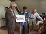 Johannes Grothues überreichte Ludger Besse ein Geschenk