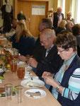 Immer gut besetzt war das Dorfgemeinschaftshaus beim Olfener Kelterfest. Die Gäste ließen sich die jahreszeitlichen Genüssen bei unterhaltsamen Gesprächen schmecken.