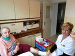 Schwester Sonja beim Anlegen eines Wundverbandes