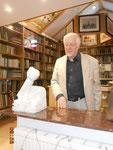 Engländerzüchter und Künstler Roland Vogel vor seinem Kunstwerk im Museum