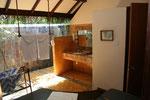 offenes Badezimmer mit open-air Dusche