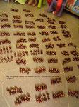 10 groepjes van 10 kastanjes....dat is 100 !  We telden 1047 kastanjes.