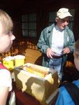 Karlheinz Schuppe zeigt und erklärt alles rund um die Honigbienen