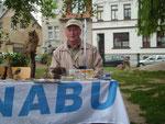 Gebhard Edner (ehemaliger Schüler der Ludwig-Schneider-Schule) am NABU-Stand