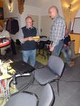 Michael Wunschik überreicht dem Referenten zum Dank ein kleines Geschenk