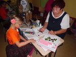 Gudrun Edner (re.) malt mit den Kindern