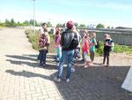 Christa Schmidt (li.) informiert die Kinder über Mehlschwalben, die am Verwaltungsgebäude brüten