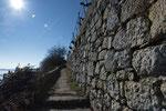 Die Sonne wärmt die Trockenmauern auf