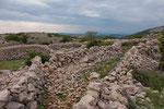 Steinmauern in den Bergen Krks