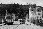 Aufstellung der Wachsoldaten neben dem Triebwagen 2 der neuen elektrischen Straßenbahn (um 1908), Bildnummer: bbv_00125