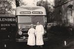 Fahrzeuge des Umzug-Unternehmens Calenborn mit Beschäftigten der LVR-Klinik (1950er?), Bildnummer: bbv_00268