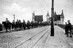 Bonner Königshusaren beim Ausrücken auf der alten Rheinbrücke (1907), Bildnummer: bbv_00576