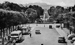 Linienbusse auf dem Kaiserplatz. Vorne ein Mercedes-Benz, dahinter ein Bus von Krauss-Maffai Typ KMO 130, um 1950, Bildnummer: bbv_00077