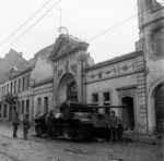 Eingang zur alten Beethovenhalle mit amerikanischen Soldaten der Panzerbrigade 106 FHH, Fotografie um 1945, Bildnummer: bbv_00
