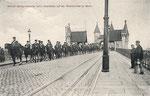 Bonner Königshusaren beim Ausrücken auf der alten Rheinbrücke (1907), Bildnummer: bbv_00575