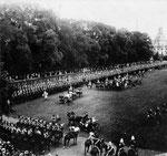 Kaiserparade des Königshusaren-Regiments im Hofgarten am 17.6.1902, Bildnummer: bbv_00577