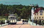 Aufstellung der Wachsoldaten neben dem Triebwagen 2 der neuen elektrischen Straßenbahn (um 1908), Bildnummer: bbv_00192