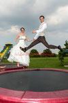 das Brautpaar auf dem Trambolin