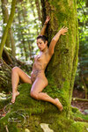 Sitzend am Baum