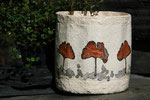 Becher mit echten Ginkgoblättern und Tuschzeichnung