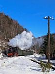 99 787 an einem wunderschönen Wintertag kurz vor dem Bahnhof Oybin
