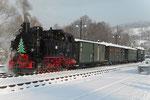 Ein fahrplanmäßiger Zug steht in Steinbach zur Abfahrt bereit.