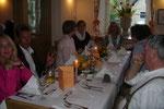 Ein Tisch mit Gästen