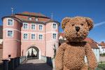 Das bin ich vor dem Rieder Tor in Donauwörth in Bayern.