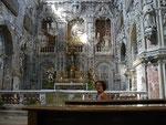 Intérieur surchargé d'un église