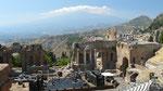 Les ruines du théatre grec, et au fond, l'Etna dans la brume et sous les nuages